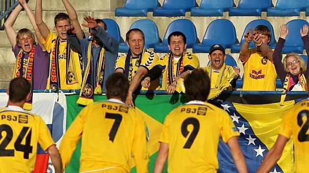 Duel na Kladně stál jihlavské hráče hodně sil, ale i díky brance Karola Karlíka mohli po zápase slavit s fanoušky.