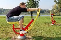 V Mostě už venkovní fitness koutek stojí. V Jihlavě by měl být hotový nejpozději do podzimu.