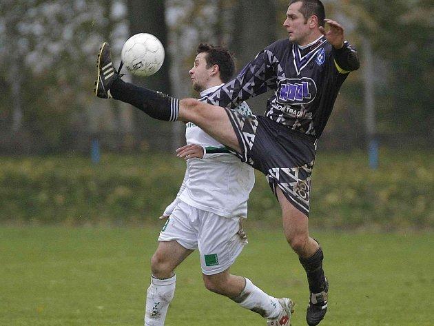 Fotbalisté Třeště (v tmavém kapitán Jiří Gregor) neprotrhli trápení a doma podlehli Přibyslavicím 1:3.