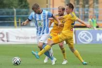 Jihlavští fotbalisté (na snímku vpravo Vladimír Kukoľ a uprostřed Vlastimil Vidlička) recept na precizní mladoboleslavskou obranu nenalezli a v úvodním duelu nové ligové sezony doma prohráli.