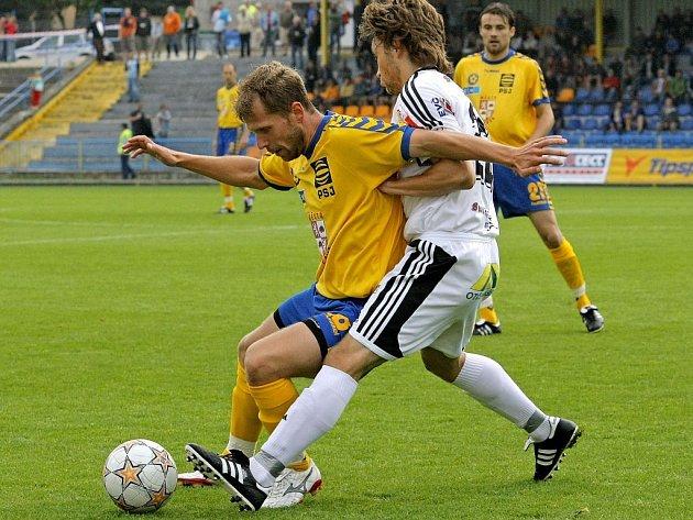 Hráči FC Vysočina (ve žlutém) uhráli na domácím trávníku proti Hradci Králové remízu.