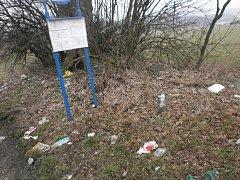 Obaly od potravin nejmenovaného řetězce s rychlým občerstvením, plechovky od ledové kávy, a dokonce ještě poloprázdné pet lahve s nápoji. Takové poklady leží už několik týdnů na Hosovském kopci v Jihlavě na mezi u autobusové zastávky.