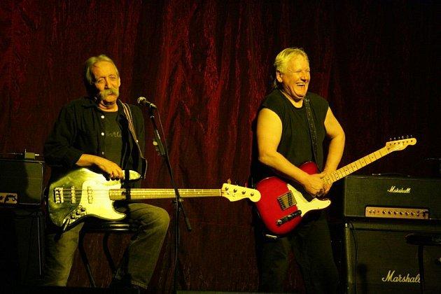 """I přesto, že v říjnu zemřel bubeník Tolja Kohout, zbývající zakládající členové skupiny Katapult Olda Říha a Jiří """"Dědek"""" Šindelář hrají dál!"""