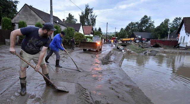 Blesková povodeň zatopila v podvečer 1. června 2018 v Jestřebí, místní části Brtnice na Jihlavsku, dvě desítky domů, podemlela silnici a bahnem zanesla před necelým týdnem zkolaudovaný obecní rybník. Vrstva krup dosahovala místy až 120 cm.