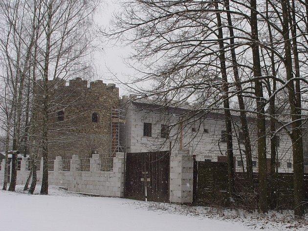 Hájenka v lesích v turisty oblíbeném místě Vysočiny, na okraji přírodní rezervace se během několika let proměnila v pseudohrad.