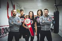 Boxerka Vendula Sedláčková (uprostřed) spolu se svým týmem.