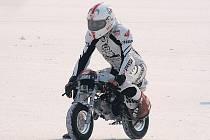 Motocyklový závodník Ivo Kaštan vytvořil v solné poušti  v Utahu světový rekord na motorce Monkey.