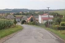 Silnice mezi Loudilkou a Otínem není v nejlepším stavu letos se však opravuje jiná cesta do Luk.