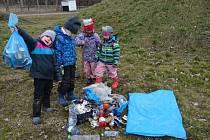 Děti uklízejí nepořádek v okolí Telče.