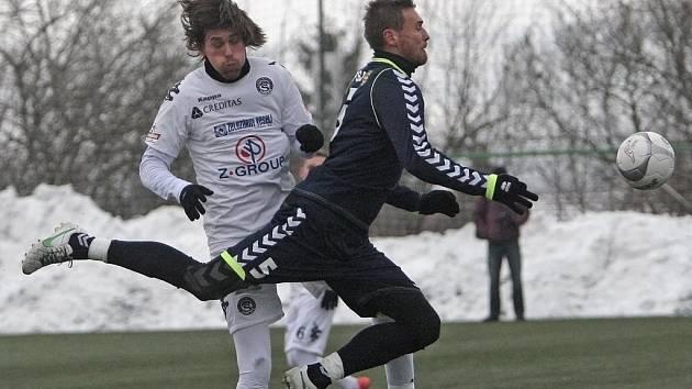 Kapitán Slovácka Jan Trousil (v bílém) v souboji s bývalým spoluhráčem Karlem Kroupou, který absolvuje přípravu v dresu Jihlavy.