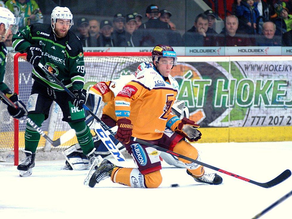 Hokejisté HC Energie (v zeleném) hostili Jihlavu. Střela na Kořenáře