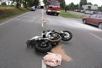 Ke střetu motocyklu s osobním vozem došlo po poledni v obci Hosov na Jihlavsku.