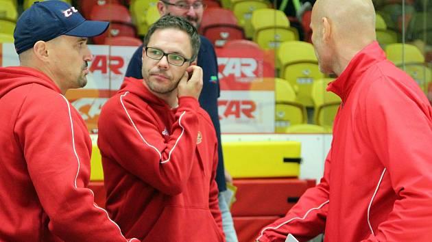 """Trenér jihlavských juniorů Karel Nekvasil (uprostřed) má jasno. """"Cíle jsme si letos nedali konkrétní. Naše trenérské jsou, aby šli kluci výkonnostně nahoru,"""" říká."""