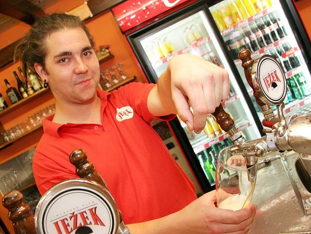 Zaměstnanec Pivovarské restaurace v Jihlavě s úsměvem točí pivo pro své zákazníky. Poslední dny pro něj sice znamenají o hodně víc práce, ale optimismus neztratil.