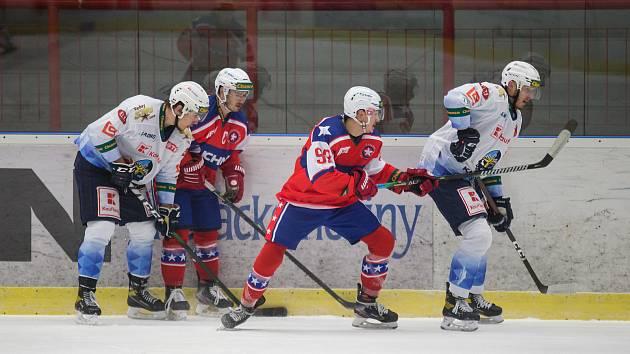 Třebíčští hokejisté (v červeném) se chtějí rozloučit s uplynulým rokem výhrou. Proti bude Přerov, který bude mít výhodu domácího prostředí.