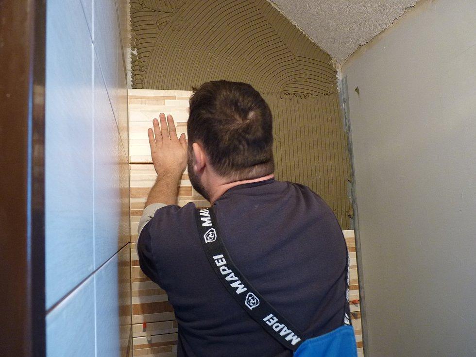 Při obkládání koupelny je pečlivá práce nezbytná.