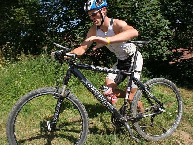 Vítěz v akci. Kněžický Lukáš Nedělka si v závodě hodně pomohl znalostí trasy. Na kole smazal ztrátu z plavání a před poslední disciplínou, během, už měl náskok 3 minut.