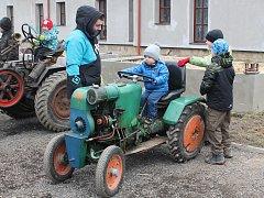 Zámeckou stáj v Plandrech kromě traktroů zaplnily také stánky a různé atrakce pro děti.
