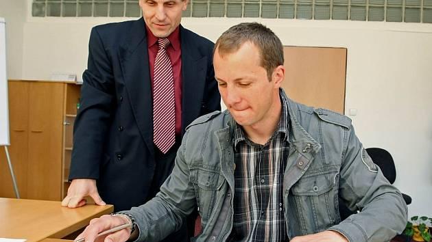 Hokejový útočník Daniel Hodek se právě chystá podepsat roční smlouvu s prvoligovou Jihlavou. Spokojen může být i jednatel Dukly Bedřich Ščerban (vlevo), kterému se podařilo ulovit už pátou posilu.