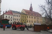 Příprava. Na Masarykově náměstí se včera ráno začaly objevovat stánky, předzvěst vánočních trhů.
