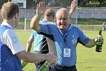 Polenský předseda Jindřich Skočdopole (vpravo) slaví s hráči Slavoj TKZ vítězství krajského přeboru.