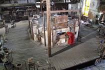 Takhle nějak vypadalo pracovní prostředí sklářů od roku 1850 do roku 1950. Filmaři využili zdejší unikátní dochované technické zázemí. V osmdesátých letech minulého století tam natáčeli seriál Synové a dcery Jakuba skláře.