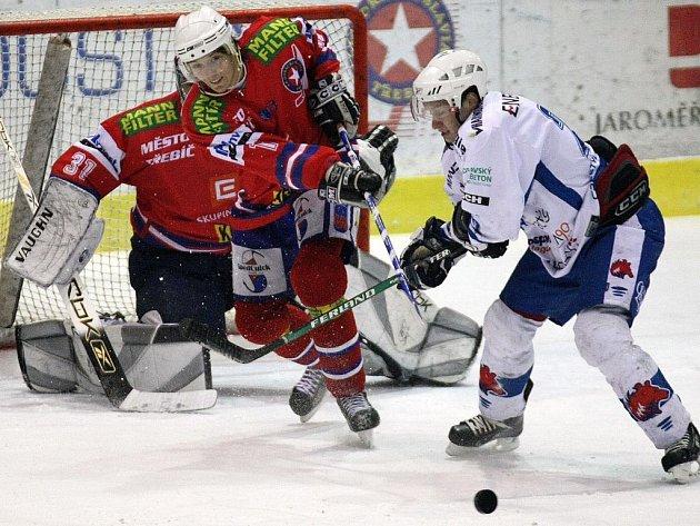 Třebíčský útočník Lukáš Nahodil (vlevo) uklízí puk do bezpečí před dotírajícím forvardem Berouna Martinem Tvrzníkem. Horácká Slavia vyhrála jeden z klíčových zápasů 3:1.
