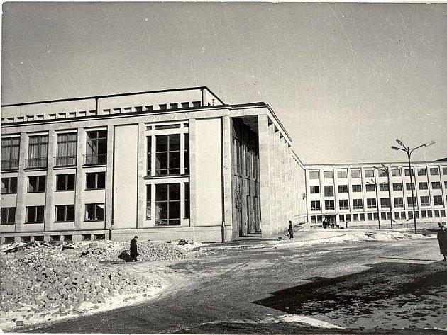 Jihlavský dům kultury se otvíral na konci prosince roku 1961. Nadčasová stavba byla ze začátku přijata s nedůvěrou, nakonec si na ni lidé zvykli. Dnes patří mezi zajímavé dominanty města.