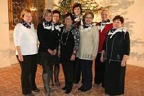 Členky Dámského zastupitelského klubu pózují u vánočního stromečku.