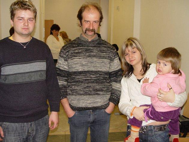 Jaroslav Hlavatý se svými dětmi u soudu v Třebíči neskrýval zklamání nad chováním soudce.