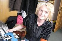 Psaní strojem na Braillovo písmo včera předvedla Ilona Hanusová, instruktorka bodového písma.