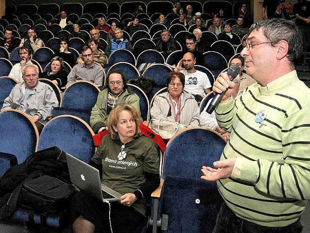 Na veřejnou debatu o spalovně odpadů dorazilo v pondělí o půl páté odpoledne, kdy akce začínala, do jihlavského kina Dukla přibližně šedesát lidí. V publiku ale seděli většinou zastupitelé nebo přívrženci různých ekologických hnutí.