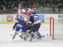 Smolný den. Čtyřikrát se třebíčští hokejisté (v bílých dresech) radovali  z vyrovnávacího gólu. Sami však minimálně dvakrát smolně inkasovali, a tak body bralo Kladno.