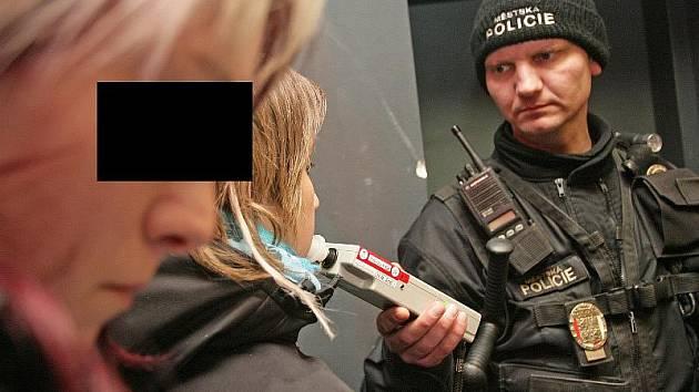Při kontrole v polenském baru nadýchala šestnáctiletá dívka dokonce 1,37 promile alkoholu. Ilustrační foto.