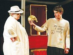 Divadelní soubor Voživot Vožice pod taktovkou Kateřiny Pokorné přestavil úpravu inscenace Williama Shakespeara Ham-let.