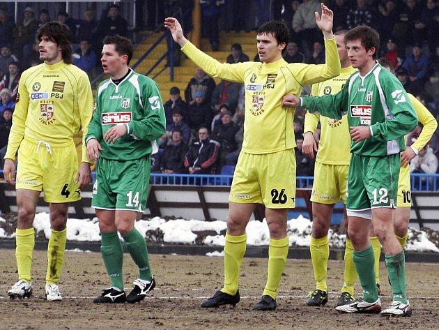 Lukáš Michal (vlevo v zeleném) v dresu Blšan při zápase v Jihlavě v březnu 2006. Oba týmy nakonec z první ligy sestoupily.