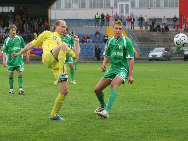Terčem kritiky se po prohraném zápase s Blšany stal také kapitán Petr Vladyka (ve žlutém).