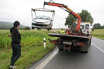 O nepředstavitelném štěstí může mluvit mladičká řidička, která za volantem automobilu Peugeot 206 dostala při vyjíždění ze zatáčky před Kostelcem ve směru od Třeště smyk a skončila s vozem v kukuřičném lánu daleko od silnice.