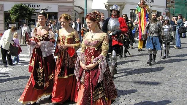 Ani letos nemůže chybět historický průvod Havlíčkovým Brodem. Loni měl velký úspěch nejen díky  půvabným tanečnicím, ale i účasti představitelů města.