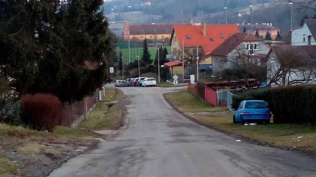 Cesta podél fotbalového hřiště se bude řešit v další etapě.