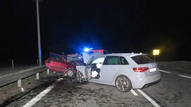 Mladý řidič Audi RS 3 vjel  do protisměru, kde se střetl se Škodou Felicia. V ní  zemřeli řidič a jeho spolujezdec.