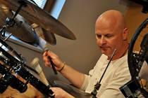Bubeník. Pavel Fajt je uznávaným hráčem na bicí nástroje i pedagogem.