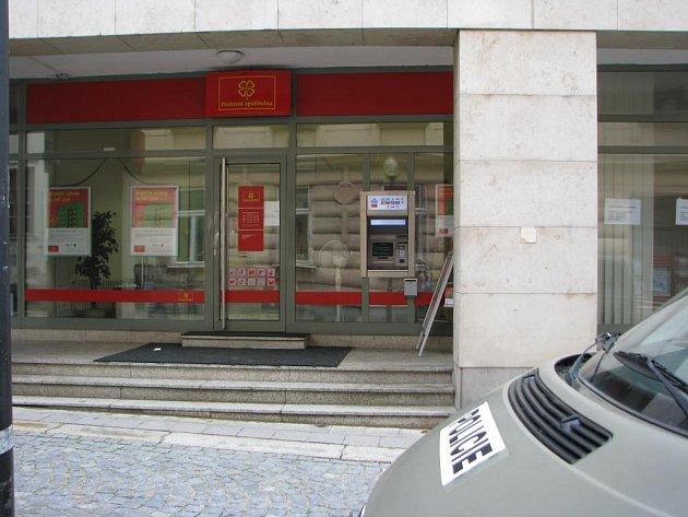 Ozbrojený zloděj přepadl v úterý odpoledne jihlavskou pobočku Poštovní spořitelny v ulici Komenského v pasáži Horáckého divadla (na snímku). Podle policistů si z banky odnesl desítky tisíc korun.