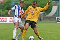 Arbitráž? Zřejmě jediné možné řešení v prekérní situaci Petra Faldyny (ve žlutém). Ten chce z FC Vysočina odejít do konkurenčního Slovácka. Důvody? Hlavně ty rodinné, a samozřejmě i uherskohradišťská nabídka je nesrovnatelná s jihlavskou.