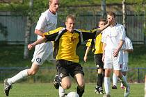 Fotbalisté Polné (v bílém) se mohou pochlubit kvalitní obranou.