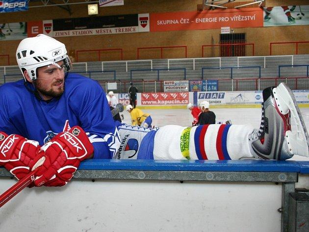 Třebíčský útočník Michal Oliverius se protahuje před středečním tréninkem, kterým Horácká Slavia zahájila druhou část přípravy na novou prvoligovou sezonu.