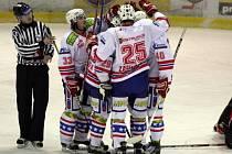 Třebíčští hokejisté (zleva Bořek Sláma, Tomáš Kolafa, Petr Zahradník a Jiří Burian) se radují po jednom z gólů v síti Havířova. Konto svého bývalého spoluhráče, brankáře Michala Valenta, nakonec zatížili třemi přesnými zásahy.