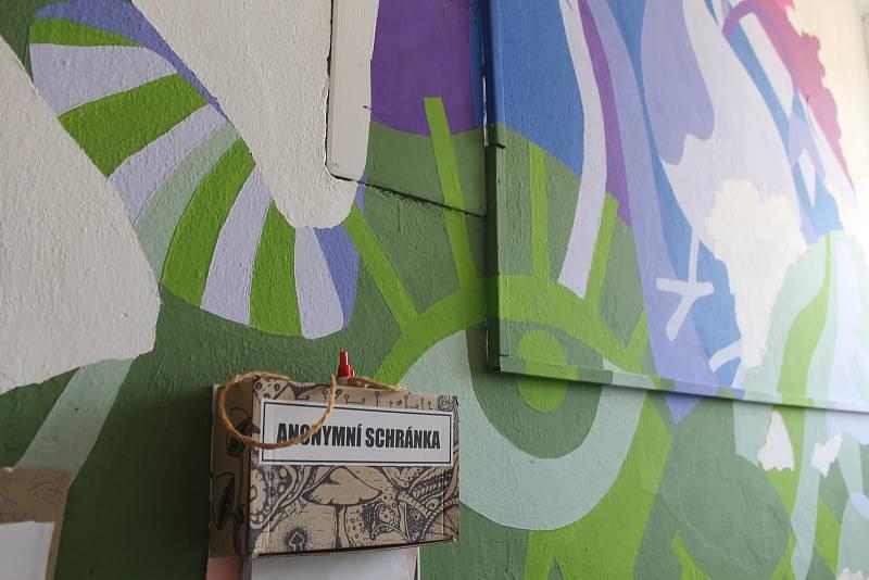 Zdi kontaktního centra zdobí výtvory klientů.