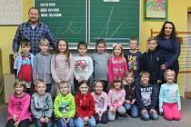 Na fotografii jsou žáci 1. třídy Základní školy Nová Říše pod vedením třídní učitelky Martiny Skalické. V letošním školním roce do první třídy nastoupilo 19 prvňáků. Základní školu navštěvuje celkem 153 žáků v devíti ročnících. Ředitelem školy je Vojtěch