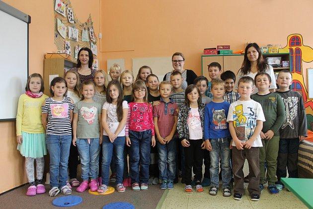 Základní školu vKrahulčí navštěvuje ve školním roce 2017/2018 21žáků vpěti ročnících prvního stupně. Ředitelkou a zároveň učitelkou dětí vprvní a druhé třídě je Naďa Vokřínková (vlevo), třetí, čtvrtou a pátou třídu vede učitelka Jana Prokopová (vpravo